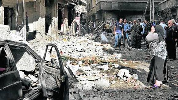 Destrucción. Un coche bomba en un barrio de Damasco dejó ayer al menos siete muertos y numerosos heridos./AP.