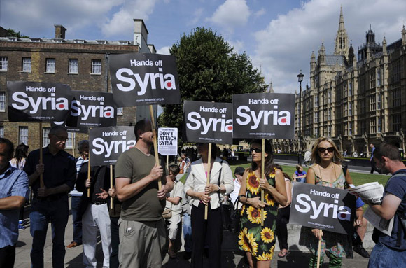 """Los militantes pacifistas enarbolaban banderas sirias y pancartas con leyendas como """"No al ataque a Siria"""", """"No toquen a Siria"""""""
