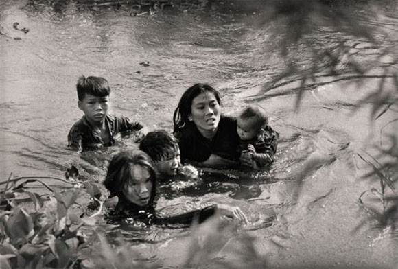Una madre con sus hijos cruza un rio en Binh Dinht (Vietnam del Sur) para escapar de un bombardeo norteamericano.
