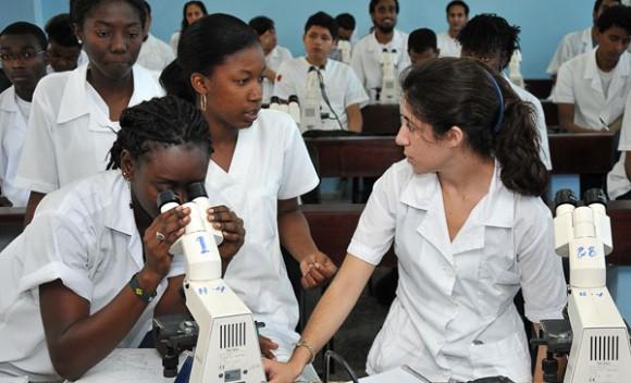 Las Ciencias Médicas reciben la mayor cantidad de ingresos a la educación superior en Cuba. Foto: Raquel Pérez/BBC