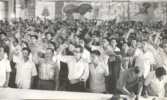 Mitin de Solidaridad con Cuba en Haiphong. Juan Marrero al centro. Viet Nam, septiembre de 1973. Foto: Archivo del autor/Cubadebate
