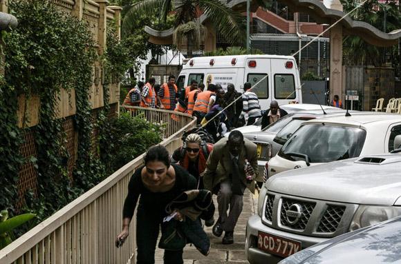 Varias personas huyen tras los disparos que se escuchan en el centro comercial de Westgate, en Nairobi (Kenia), donde terroristas radicales islámicos somalíes de la milicia Al Shabab siguen atrincherados con un número indeterminado de rehenes. Foto: EFE