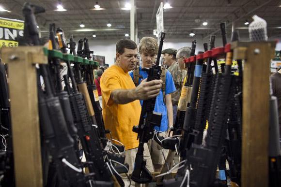 Se estima que en el país norteamericano circulan 300 millones de armas y el año pasado, sólo en el estado de Florida, se aprobaron 173 mil permisos para llevar armas ocultas.