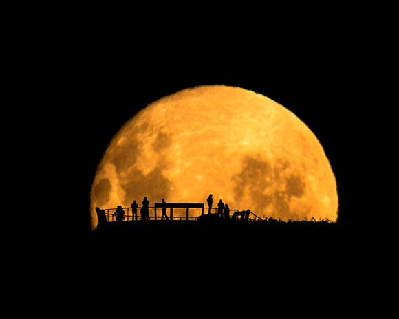 """Fotografía captada por Mark Gee (Australia) en el mirador del Monte Victori en Wellington, Nueva Zelanda. Ganadora de la categoría """"Gente y espacio""""."""