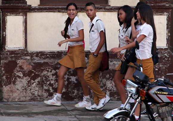 Recuento de las vacaciones camino al aula.  Foto: Ismael Francisco/Cubadebate.