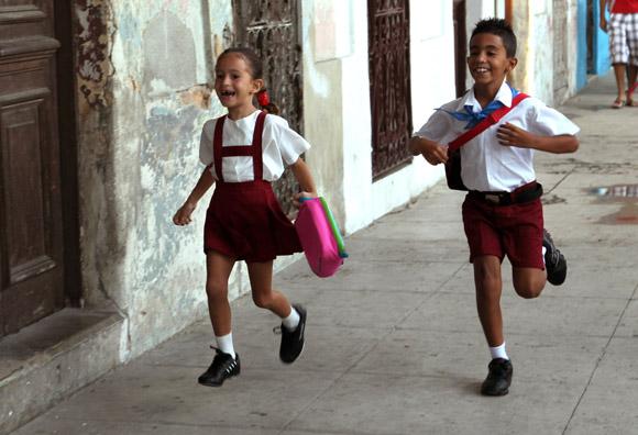 Quien llega primero a la escuela.  Foto: Ismael Francisco/Cubadebate.