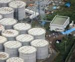Expertos japoneses inspeccionan tanques de agua en Fukushima. Foto: AFP.