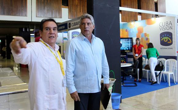 Recoorre Miguel Díaz-Canel  primer vicepresidente cubano junto a Omar Olazábal vicepresidente del ICRT feria comercial del Festival de la Radio y la Television cubana. Foto: Ismael Francisco/Cubadebate.