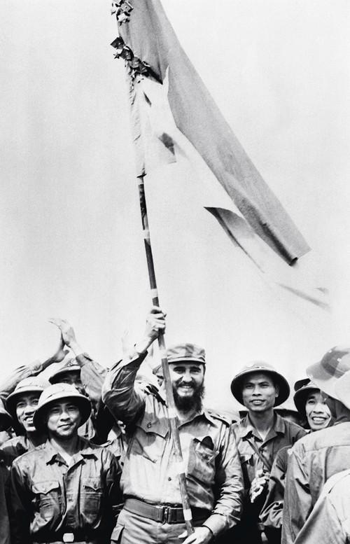 Fidel ondea la bandera vietnamita en las zonas liberadas del Sur
