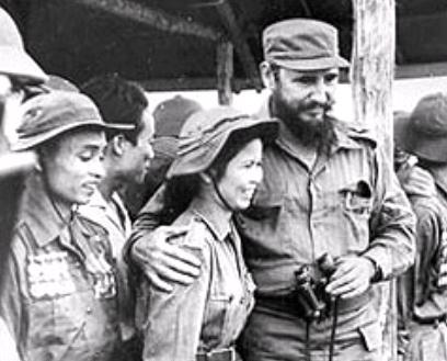 Fidel comparte con los combatientes vietnamitas en su visita al Sur en guerra.