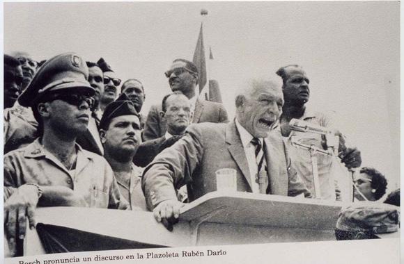 Imagen de archivo que muestra a Juan Bosch pronunciando un discurso en la plazoleta Rubén Darío.