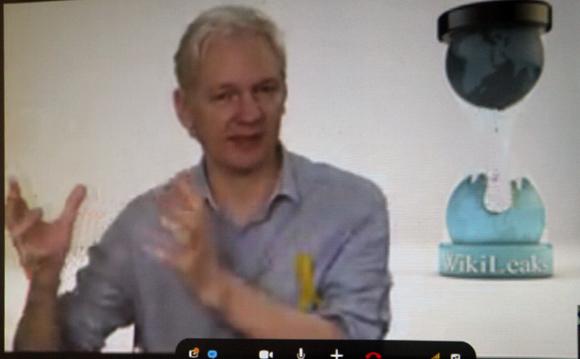 """Assange envió un mensaje de gran simpatía por el pueblo cubano: """"Es impresionante lo que han hecho, resistir por 50 años el bloqueo de EEUU. Nosotros solo llevamos tres año de bloqueo. Es muy duro"""", aseguró. Foto: Ismael Francisco/ Cubadebate"""