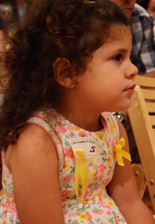 Niña participa en la presentación del libro de los Cinco en Washington.