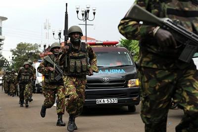 Algunos de los milicianos aparentemente habían llevado ropa para poder quitarse sus uniformes militares, dejar las armas y escapar camuflados entre los civiles. Foto: AFP.