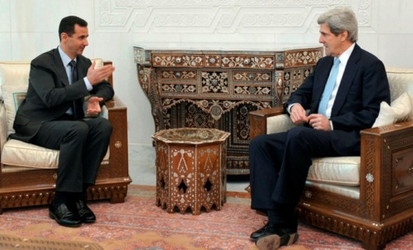 Presidente sirio, Bashar Al-Assad, dialoga junto al entonces senador John Kerry, actual secretario de Estado norteamericano.