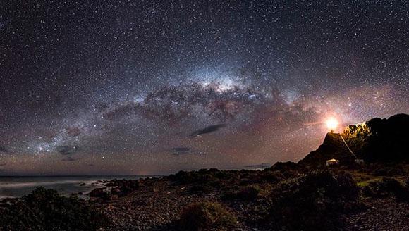 Esta imagen del cielo nocturno con la Vía Láctea al fondo, formada a partir de una combinación de veinte fotografías distintas,  Su autor es el australiano Mark Gee y se tomó en el Cabo Palliser de Nueva Zelanda.