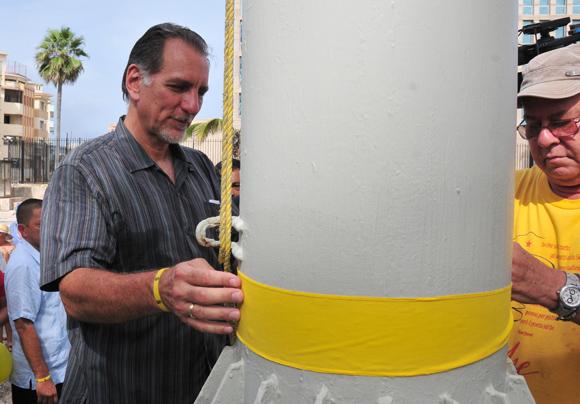 René González y Miguel Barnet ataron cintas amarillas en las astas del Monte de las Banderas. Foto: Ladyrene Pérez/Cubadebate.