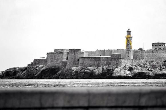 El emblemático Castillo del Morro de La Habana con su #cintasamarillas. Foto: David Vázquez vía Twitter