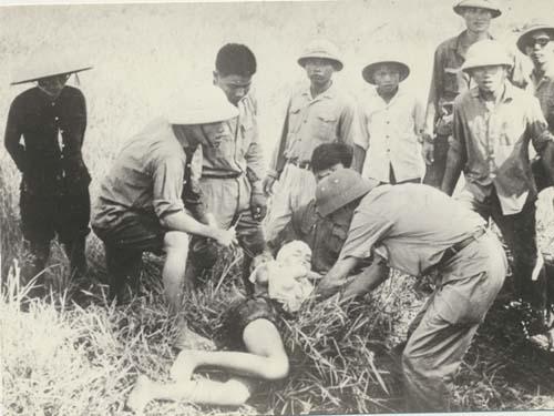 Médicos cubanos dieron los primeros auxilios a cuatro vietnamitas, víctimas de una granada sembrada por el imperialismo en suelo de ese heroico pueblo.