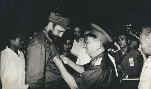 El general Giap le impone a Fidel el Sello de Combatiente de Dien Bien Phu.