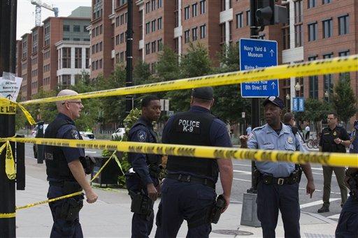 Policías acordonan los alrededores de un siitio donde hubo un tiroteo en Washington DC, cerca del Astillero Naval, el lunes 16 de septiembre de 2013. Un funcionario de defensa dijo que varias personas han muerto y otras resultaron heridas en el tiroteo. Foto: AP.