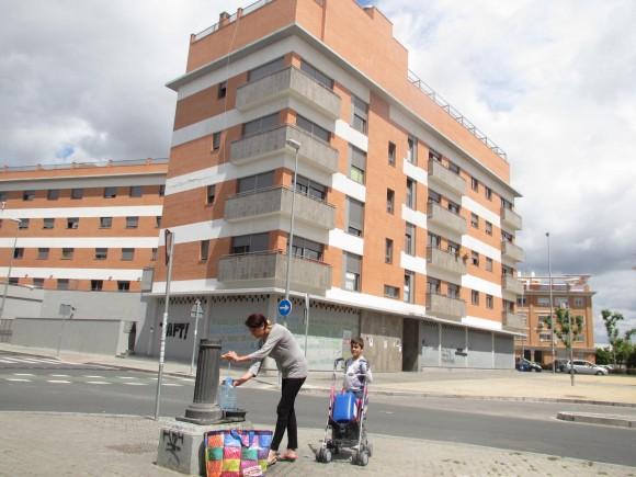 2-Una familia en frente de la Corrala Utopia recoje agua en todo tipo de envases para aprovisionarse