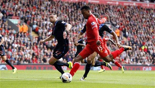 El jugador de Liverpool, Daniel Sturridge, centro, anota un gol contra Crystal Palac.