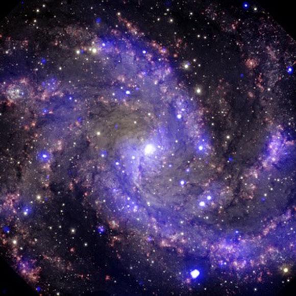 Imagen de una galaxia espiral frontal de tamaño medio situada a unos 22 millones de años luz de distancia de la Tierra. En el siglo pasado, los científicos observaron ocho supernovas explotando en esta galaxia.