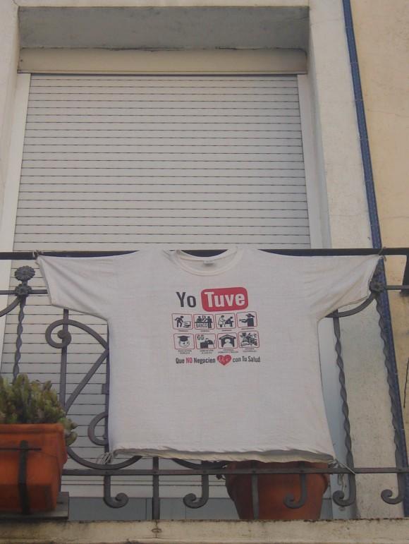 Una camiseta que iderntifica este tipo de viviendas -okupadas- advierte que estas familias un dia lo tuvieron todo.