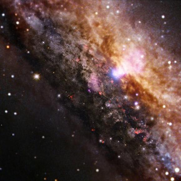 Imagen de una galaxia en espiral situada en la constelación de Centaurus. Esta galaxia es muy similar a la Vía Láctea, aunque contiene un agujero negro masivo muy activo dentro de la parte blanca que se puede apreciar en la imagen. Está situada a 13 millones de años luz de la Tierra.