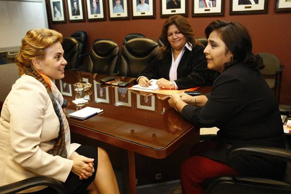 La reunión contó con la presencia de la embajadora de Cuba en Perú, Juana Martínez,