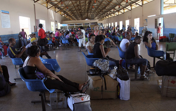 Miles de pasajeros esperan cada día para viajar a sus provincias