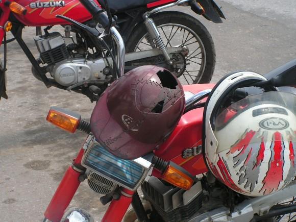 ¿Habrá seguridad con este casco. Imagen tomada en un parqueo en la Isla de la Juventud. Foto: Ania LLerena Fleites/Lectora de Cubadebate
