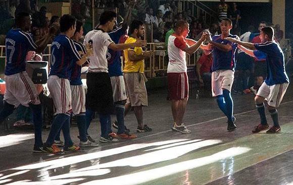 Uno de los muchos momentos de celebración de Cienfuegos en el Campeonato Nacional de Fútbol Sala. Foto: Calixto N. Llanes.