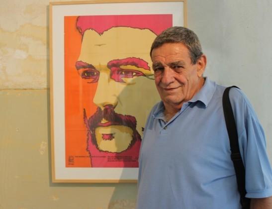 El diseñador cubano Olivio Martínez Viera junto a una de sus obras expuestas en MIRA CUBA...