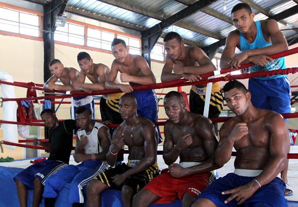 Equipo Cuba al Mundial de Almaty 2013. De izquierda a derecha, arriba: Yobany Veitía (49 kilogramos), Gerardo Cervantes (52), Robeisy Ramírez (56) y Lázaro Álvarez (60). A continuación, Kevin Brown, presente en el entrenamiento. Abajo, en la misma dirección: Yasniel Toledo (64), Arisnoidis Despaigne (69), Julio César La Cruz (81 kg), Erislandy Savón (91), Yohandry Toirac (+ 91). Faltó Ramón Luis (75), que cumplía con una de sus sesiones docentes. Foto: Ismael Francisco/Cubadebate.