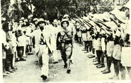 Giap pasa revista a las tropas en 1951