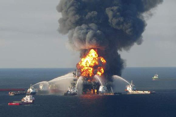 Imagen de la explosión de la plataforma petrolera que causó un derrame en el Golfo de México.