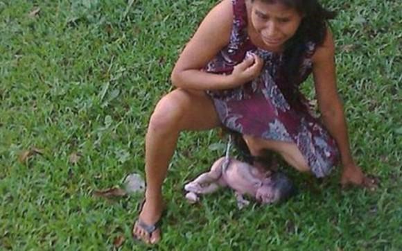 Irma López Aurelio en momento de dar a luz al frente del hospital y ante la mirada de los transeuntes.