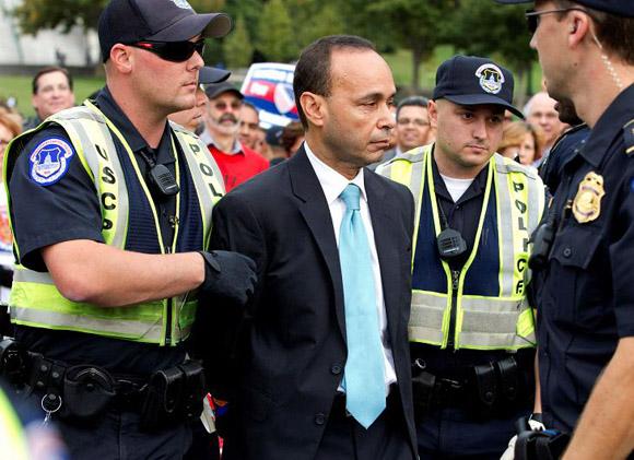 La-policía-también-detuvo-al-congresista-demócrata-por-Illinois-Luis-Gutiérrez-quien-formó-parte-de-cerca-de-200-activistas-cívicos-religiosos-y-comunitarios-que-fueron-esposados-AP.jpg