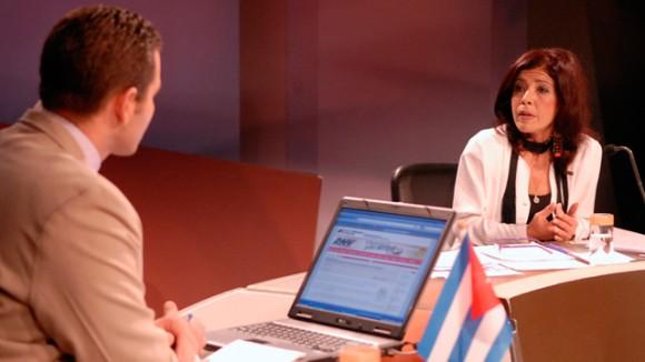 Marina Menéndez es también analista habitual en la Mesa Redonda de la TV cubana. Aquí, en un programa conducido por Oliver Zamora. Foto: Mesa Redonda.