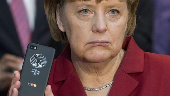 Der Spiegel encuentra pruebas de que la NSA intentó pinchar el teléfono móvil de Angela Merkel. Las pasa al Gobierno, el servicio de inteligencia las examina y resulta que creen que la denuncia tiene visos de ser cierta. La canciller está lo bastante cabreada como llamar por teléfono a Obama para quejarse. Y el portavoz de la Casa Blanca desmiente la noticia utilizado el presente y el futuro, pero no el pasado. Ahora y a partir de ahora, en absoluto. ¿Hasta ayer?