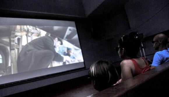 Discreta y no tan discretamente parecen aumentar los cubanos que se dedican a la creación de novedosas y pequeñas salas para la exhibición de películas en tercera dimensión. Foto: Roberto Suárez/ Juventud Rebelde