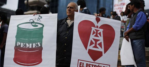 Imagen de archivo que muestra simpatizantes de Andrés Manuel Lopez Obrador con carteles de protesta contra la reforma energética. Foto: Reuters.