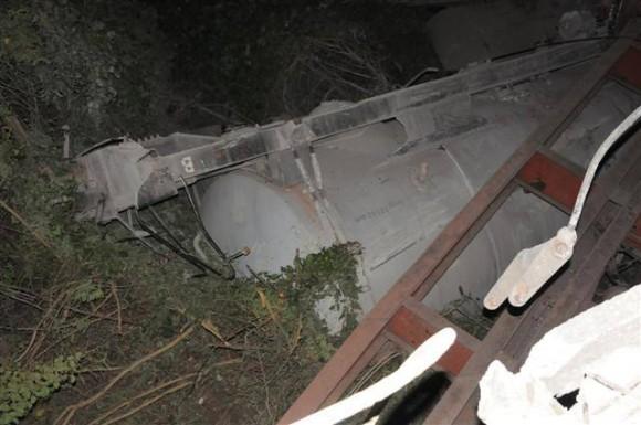 Un total de ocho silos de cemento se encuentran entre piezas descarriladas Foto: Vicente Brito