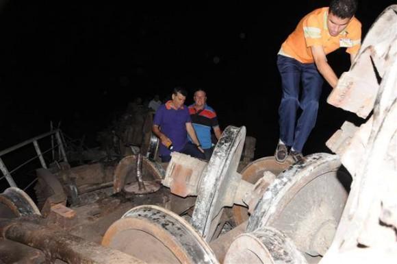 >> Un total de ocho silos de cemento se encuentran entre piezas descarriladas (Foto: Vicente Brito)