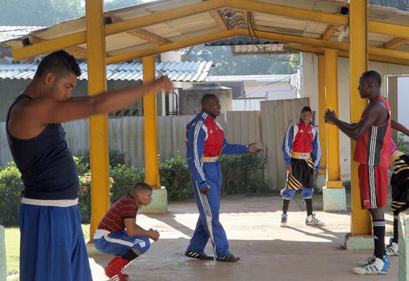 Momento de calentamiento previo al inicio de la preparación. Foto: Ismael Francisco/Cubadebate.