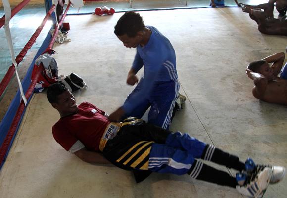 Ejercicio para fortalecer los músculos del abdomen. Así favorecen la agilidad, movilidad y resistencia del cuerpo al castigo del contrario. Foto: Ismael Francisco/Cubadebate.