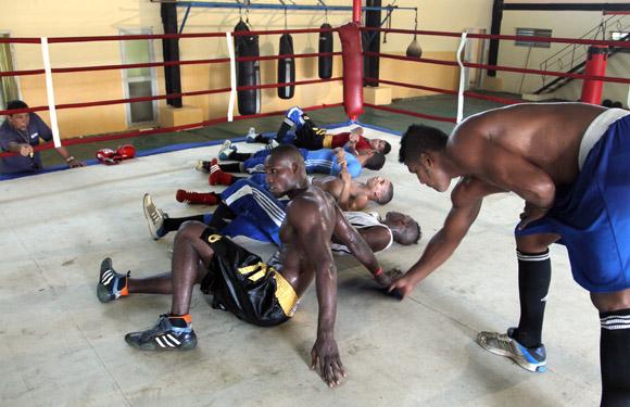 Ejercicios de recuperación sobre el ring. Foto: Ismael Francisco/Cubadebate.