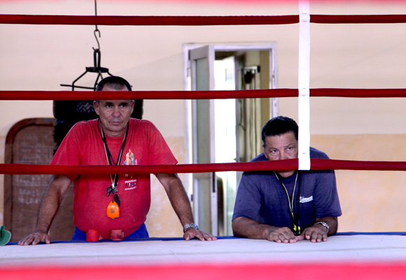 Acebal (izquierda) y el experimentado Raúl Fernández están atentos a los detalles mínimos.  Foto: Ismael Francisco/Cubadebate.